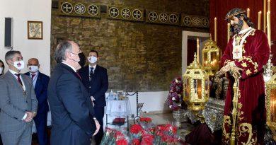 El alcalde cumple con la tradición anual y visita al Cristo de Medinaceli para su veneración